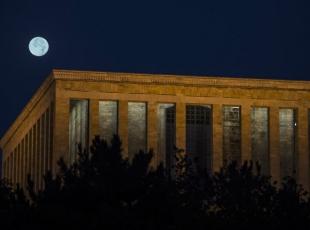 Ay maviye büründü