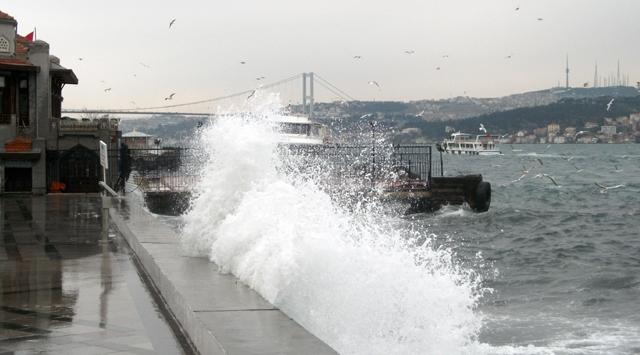 Lodos deniz ulaşımını durdurdu