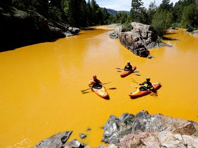 Nehri portakal rengine çevirdi