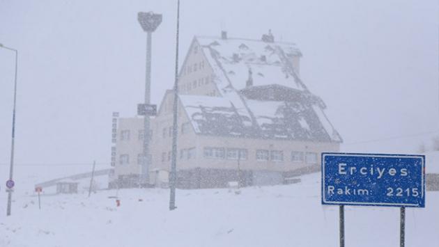 Erciyese ağustos karı yağdı