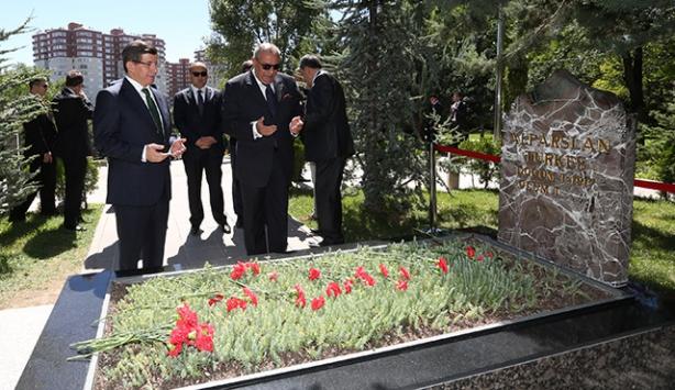 Davutoğlu, Alparslan Türkeşin mezarını ziyaret etti