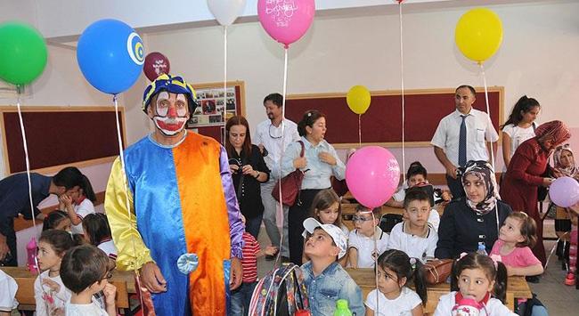 Öğrencileri için palyaço kıyafeti giydi