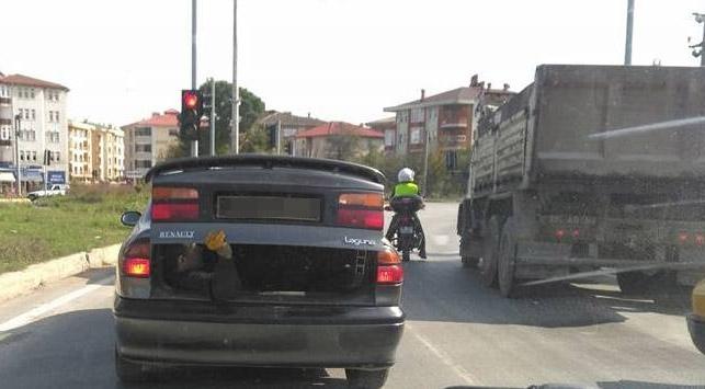 Otomobil bagajında işçi taşıdı