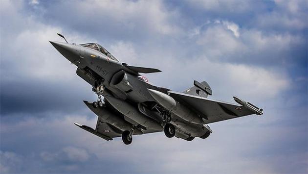Fransız uçakları Suriyede petrol deposu vurdu