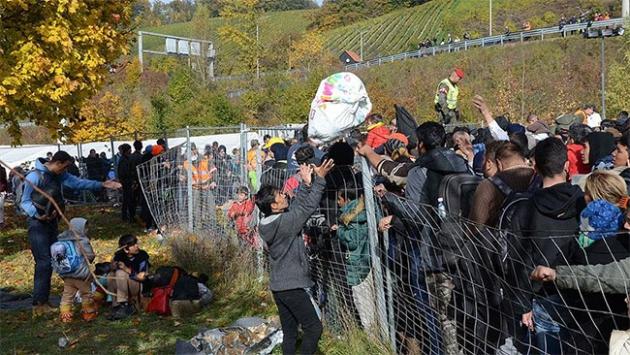 Sığınmacılar soğuk havaya rağmen ilerliyor