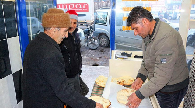Tandır ekmeği işçilere umut oldu