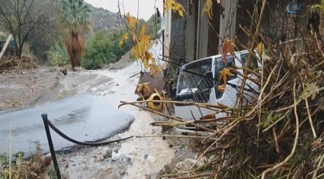 Kıbrısta sel suları hayatı felç etti