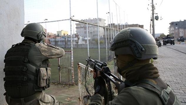 Köşeye sıkışan teröristler silahlarını bırakıp kaçıyorlar