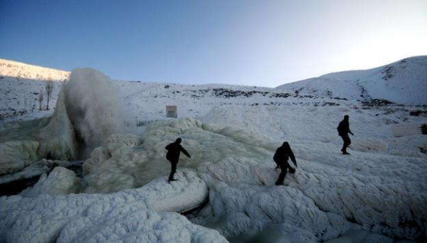 Su borusu patladı, buzdan şelale oluştu
