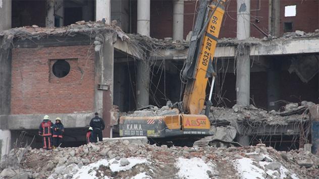 Sefaköyde yıkımı süren bina çöktü, 1 ölü
