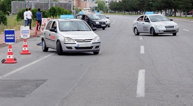 """Stajyer sürücüler yollara """"trafik adabı"""" ile çıkacak"""