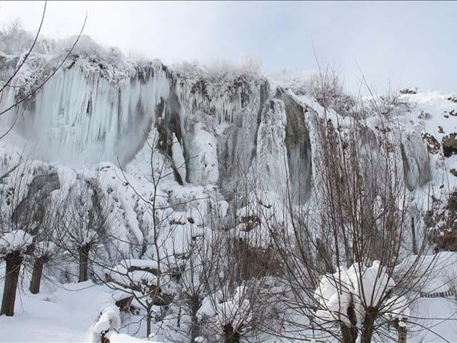 Girlevik Şelalesi buz tuttu,Karasu Nehri buz akıyor