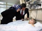 Davutoğlu çiftinden yaralı çocuğa ziyaret