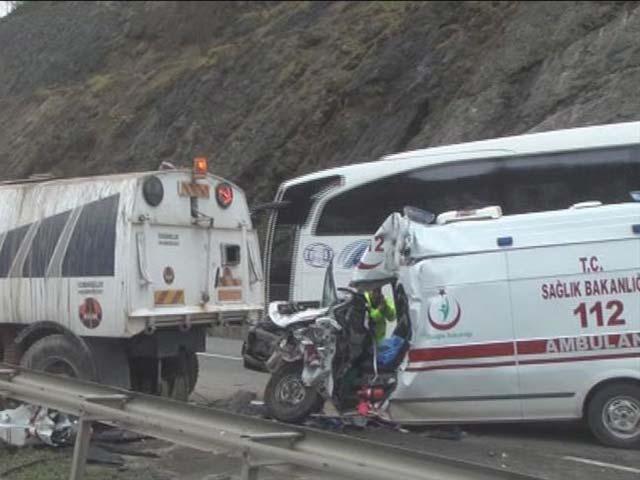 Ambulans ile yol süpürme aracı çarpıştı: 1 ölü, 3 yaralı