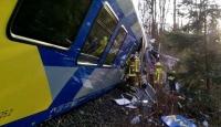 Almanyada iki tren kafa kafaya çarpıştı