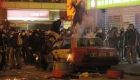 Hong Kongta güvenlik güçleriyle seyyar satıcılar kapıştı