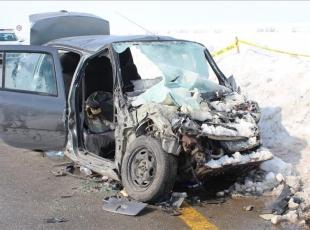 Otomobil ile minibüs çarpıştı: 3 ölü