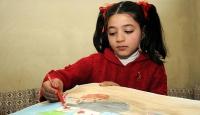 """Suriyeli küçük ressam """"dost eli""""ni resmediyor"""