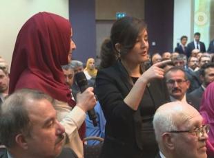 Başbakan Davutoğlunun Hollandada işitme engelli genç kız ile diyaloğu
