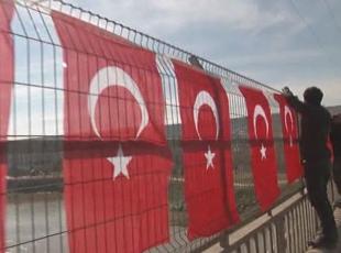 Dicle Köprüsü üzerine Türk bayrakları asıldı