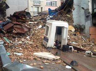 Beyoğlunda iki bina çöktü