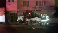 Manisada bir otomobil kamyonetin kasasına düştü