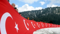 Zirvede şehitler için Türk bayrağı açtılar