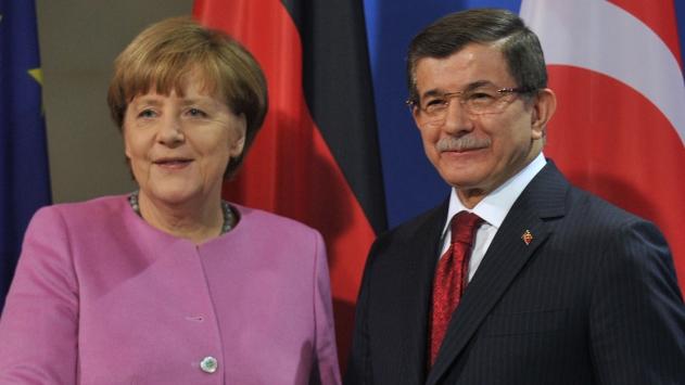 Davutoğlu ve Merkel Suriyeli sığınmacılarla buluşacak