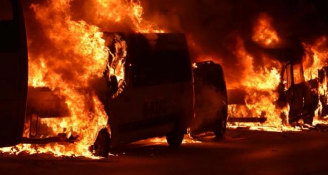 İki otomobil yanarak kullanılamaz hale geldi