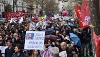 Fransızlar protesto için sokağa döküldü
