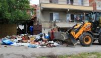 İki katlı evden 20 kamyon çöp çıktı