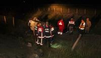 İki otomobil çarpışıp şarampole devrildi: 2 ölü, 1 yaralı