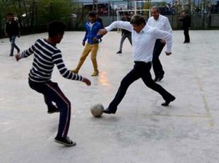 Başbakan Vartoda çocuklarla futbol oynadı
