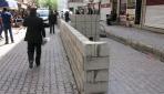Protesto için yola duvar ördü