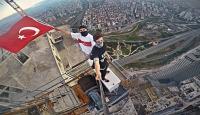 315 metre yükseklikte Türk bayrağı dalgalandırdılar