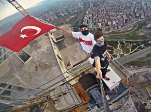 En yüksek binada Türk bayrağı