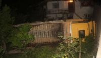 Kamyon eve çarptı sonra bahçeye devrildi