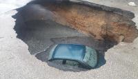 Otomobil çöken yoldaki çukura düştü