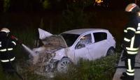 Alev alan otomobildeki sürücüyü itfaiye kurtardı