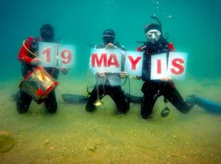 15 metre derinlikte 19 Mayıs kutlaması