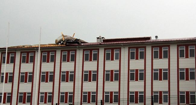 Şiddetli rüzgar yurdun çatısını söktü
