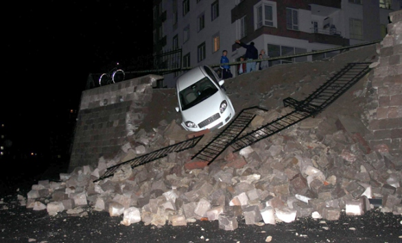 Kayseride istinat duvarı çöktü, bir otomobil zarar gördü