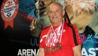 70 yaşında ama şampiyonluklara kulaç atıyor