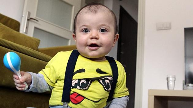 Atlas bebek artık gülücükler saçıyor