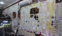 Müşteri notları dükkanının duvarlarını süslüyor