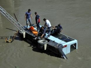 Otomobille çarpışan midibüs ırmağa devrildi: 14 yaralı