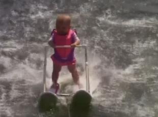 """Dünyanın """"en küçük"""" su kayakçısı"""