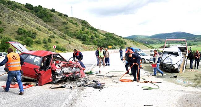 Çorumda iki otomobil çarpıştı: 2 ölü, 3 yaralı