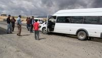 Yolcu minibüsü ile kamyonet çarpıştı: 15 yaralı