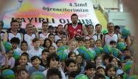 Hidayet Türkoğlu 5 bin çocuğa basketbol topu dağıttı